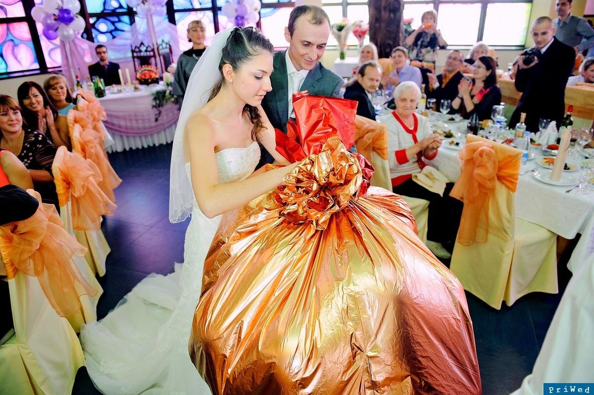 Как прикольно поздравить молодоженов на свадьбе с подарками
