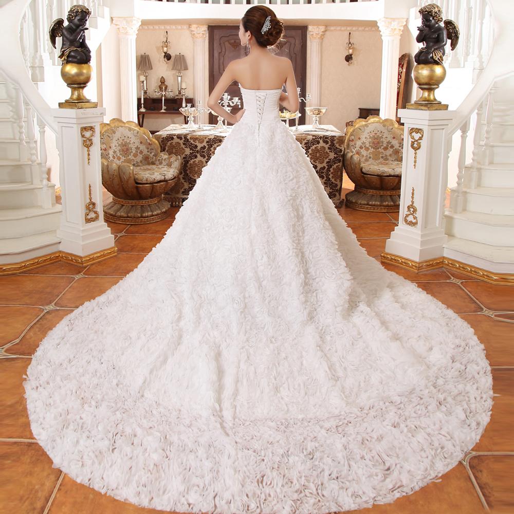 В составе вечерних платьев он предстает не таким длинным и эффектным, как в случае со свадебными нарядами