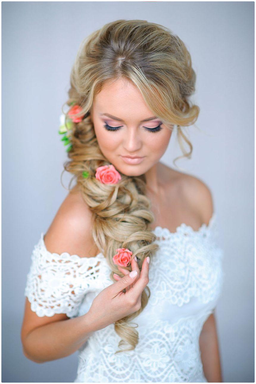 Диадема уже на протяжении многих лет является модным атрибутом свадебных причесок.