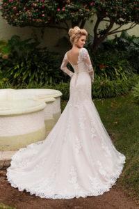 Модное свадебное платье с длинным шлейфом