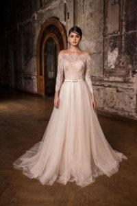 Пудровое свадебное платье с открытыми плечами, подчеркнутой талией и пышным низом