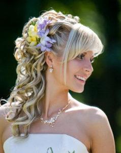 Цветы в волосах у невесты