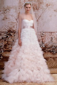 Пышное свадебное платье с юбкой в перьях