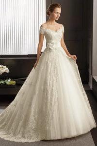 Свадебные платье с открытыми плечами и длинным шлейфом