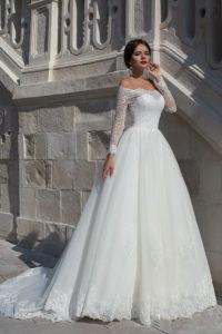 Кружевное свадебное платье с открытыми плечами