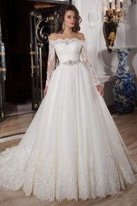 Классическое свадебное платье с кружевами и открытыми плечами
