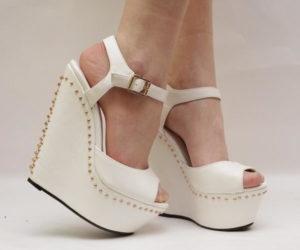 Белые босоножки - удобная обувь для невесты на свадьбу